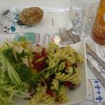 kleiner Salat im esstisch