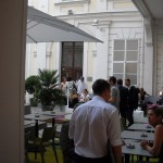 Blick vom Restaurant auf die Terrasse der Tagesbar