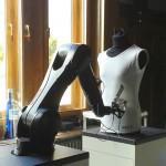 der Industrieroboter beginnt das in ein Sprayerbild umgesetzte Foto aufzusprühen