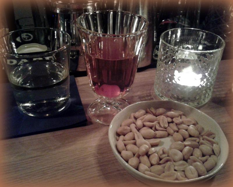 Beimir: Manhattan, Euro 7,50, Glas, Snack, Cocktail, Wasser, Theke, Licht - alles wunderbar.