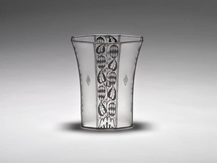 Josef Hoffmann, Vase, 1913; farbloses Glas, geätzt, Bronzitdekor, Ausführung: eine böhmische Manufaktur für J. & L. Lobmeyr, Wien © Peter Kainz/MAK