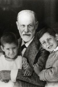 Sigmund Freud mit seinen Enkeln Heinele und Ernst (um 1923)