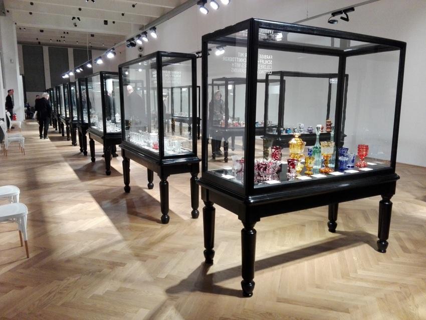"""Einsicht in die Ausstellung """"Gläser der Empire- und Biedermeierzeit"""" im MAK, Foto (c) Claudia Busser - kekinwien.at"""