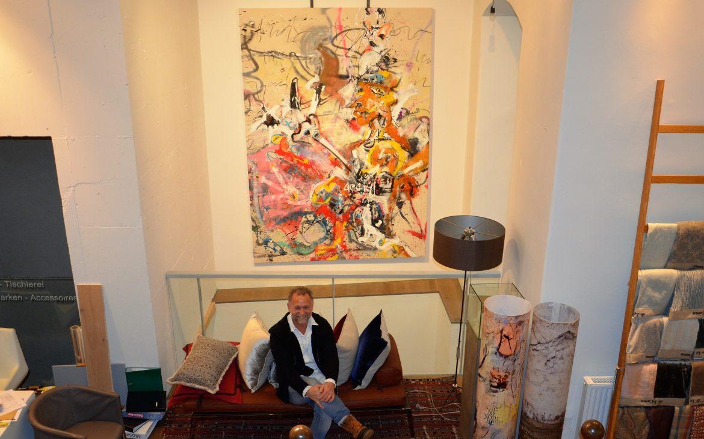 Der Künstler, das Werk, der Raum - Reinhold Ponesch im Wohnsalon. Foto (c) Nicole Ponesch
