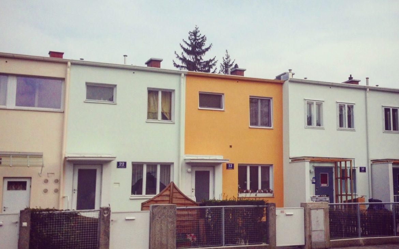 Mittig: Die zweigeschoßigen Reihenhäuser des Linzer Architekten Eugen Wachberger. Foto (c) Andrea Pickl - kekinwien.at