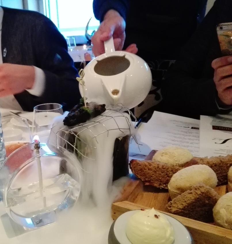 Der (absichtlich) verkohlte Karpfen wird mit Trockeneis auf Esstemperatur gebracht, Foto (c) Claudia Busser - kekinwien.at