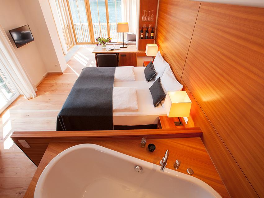 Gemütlich Holz und viel Licht in jedem Zimmer, Foto (c) Seehotel Grundlsee