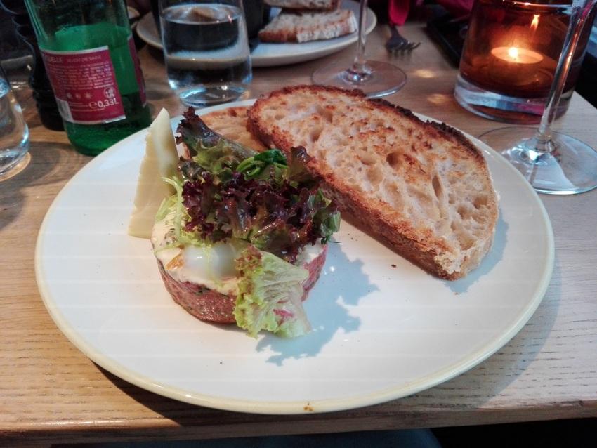 Beef unter Ei und Salat, das Brot ein wenig zu kross getoastet oder das falsche Brot, aber sehr gut, Foto (c) Claudia Busser - kekinwien.at