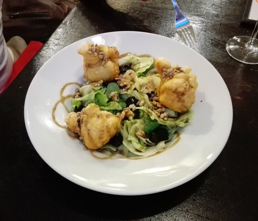 Salat de la Marie: : Blattsalat, Ziegenkäse in Teig, Honig, Walnüsse, getrocknete Zwetschken, geröstete Sonnenblumenkerne, hausgemachte Vinaigrette - kekinwien.at