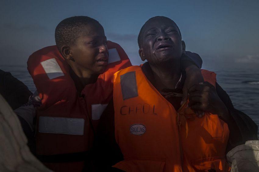 Reportagen – Zweiter Preis, Einzelbilder © Santi Palacios, The Associated Press Titel: Verlassen Bildunterschrift: Ein elfjähriges Mädchen (links) und ihr zehnjähriger Bruder, deren Mutter in Libyen gestorben ist, auf einem NGORettungsboot im Mittelmeer, 28. Juli 2016, etwa 23 Kilometer nördlich von Sabratha, Libyen. Mit anderen geretteten Flüchtlingen hatten die Kinder mehrere Stunden in einem überfüllten Schlauchboot auf offener See verbracht.