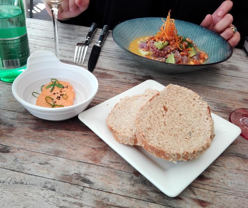 Chiabatta Brot mit Batayaki Butter: Keine Chiabatta unsere Ansicht nach, aber trotzdem gut, die Butter zeigt viel Umami, Mercad o- kekinwien.at
