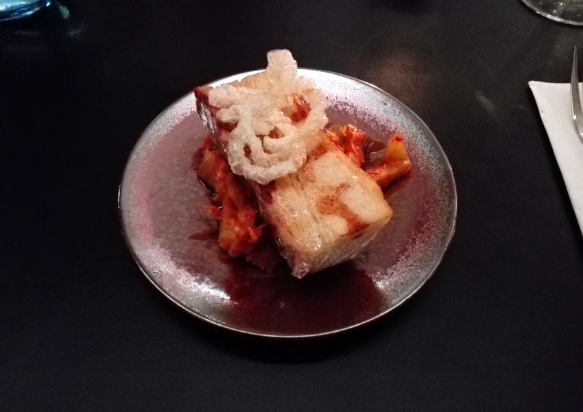 Das Schwein. Schweinebauch. Kimchi. Euro 6,9. Teller zu klein, Besteck zu groß dafür, Kimchi zu stark sauer, die Aromen des Schweinbauchs erschlagend. Das hat nicht so ganz geklappt für mich. Birdyard, Bild (c) Claudia Busser - kekinwien.at