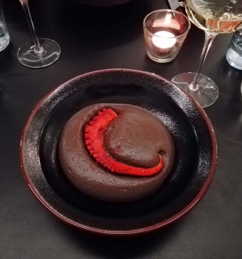 Der Oktopus im The Birdyard, Pulpo. Schwarze Bohne. Kakao. Nicht ganz ausgewogen in den Mengen der einzelnen Komponenten zueinander, aber geschmacklich sehr gut. Bild (c) Claudia Busser - kekinwien.at