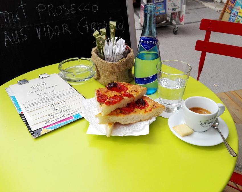Espresso um Euro 2,10 mit veganer Focaccia im Schanigarten des Caffé Cambio, Bild (c) Claudia Busser - kekinwien.at