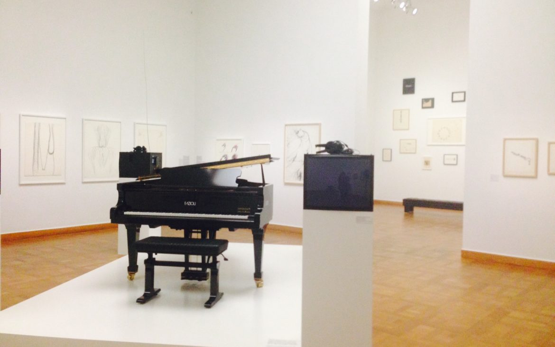 Ausstellungsansicht, Gerhard Rühm. Wer Lust und Laune hat: Auf dem legendären Klavier darf gespielt werden. Foto (c) Andrea Pickl - kekinwien.at