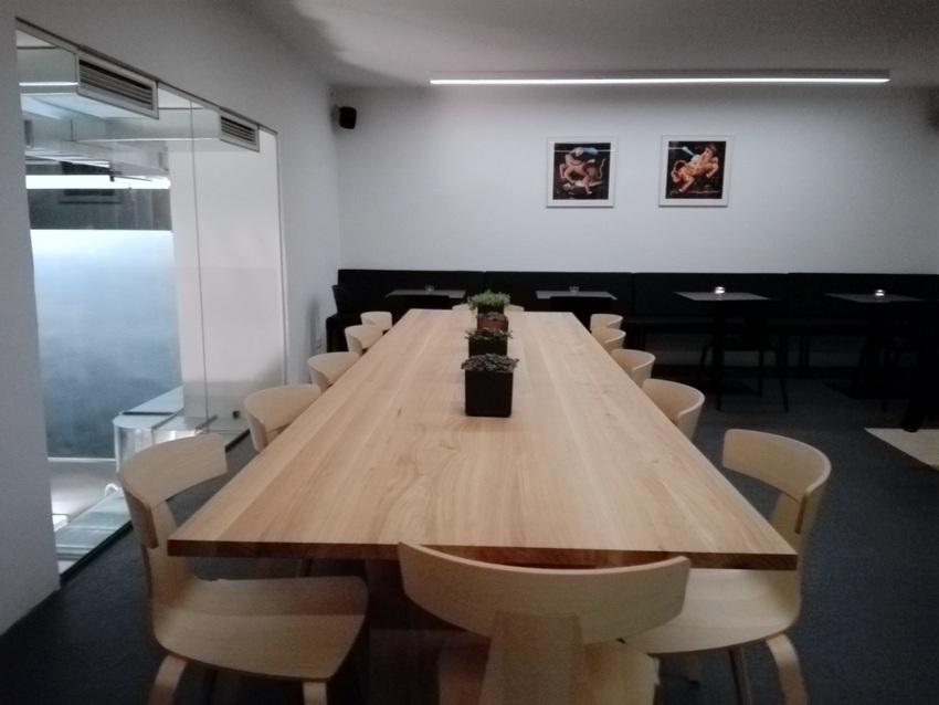 Essen an der langen Tafel ist im ersten Stock des Birdyard möglich, Bild (c) Claudia Busser - kekinwien.at