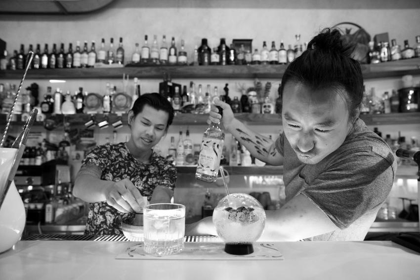 The Sign Lounge, im Vordergrund der kreative Inhaber und Barchef Kan Zuo, Foto (c) Lisi Specht