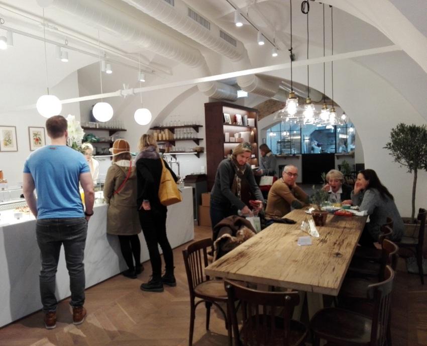 Großer Tisch zum gemeinsam essen und die nie abreißende Schlange vor der Brottheke, Bild (c) Andrea Pickl - kekinwien.at
