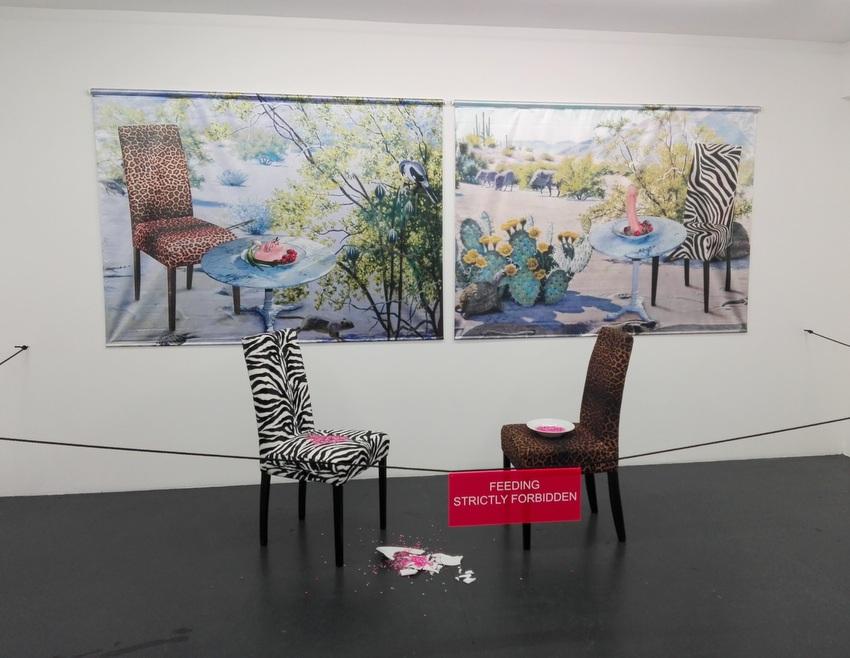 Zebra und Leopard, Renate Bertlmann, 2007, 2 x Digiprint auf Satin, 2 Sessel, schwarze Kordel, Plexischild mit Klebebuchstaben, Glasperlen, 2 Porzellanteller, 200 x 400 cm, Euro 70.000, Bild (c) Claudia Busser - kekinwien.at