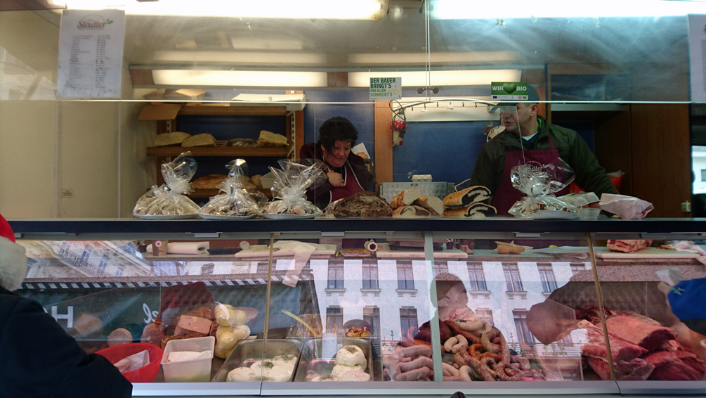 Auf dem Markt im Winter, Naschmarkt, Fleisch, Mich und Wurst vom Standler, Bild (c) Mischa Reska - kekinwien.at