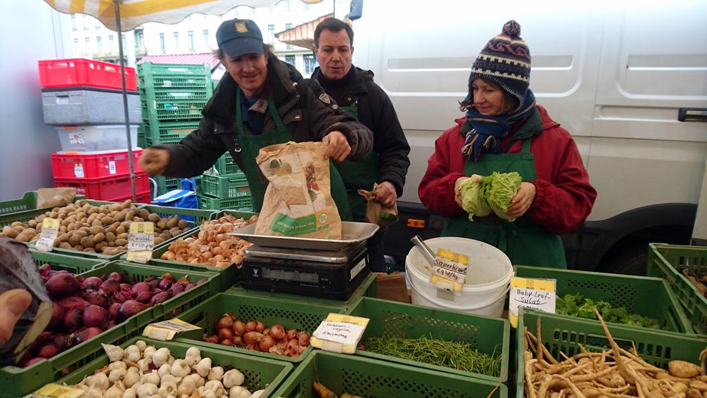Das Biobinderteam auf dem Naschmarkt bei der Arbeit, Foto (c) Mischa Reska - kekinwien.at