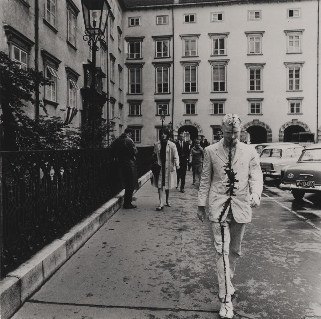 Günter Brus, Wiener Spaziergänge, 1965, Foto: Ludwig Hoffenreich (c) Günter Brus
