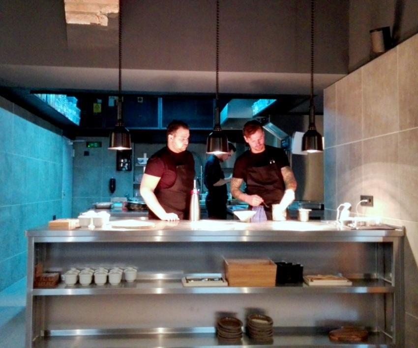 Die Küche im aend, gesehen von meinem Essplatz, links Fabian Günzel, Bild (c) Claudia Busser - kekinwien.at