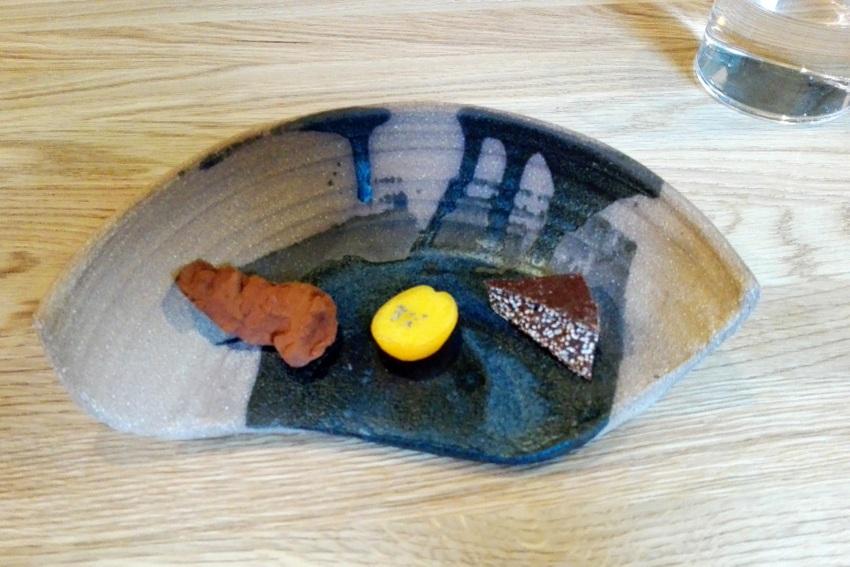 links Ganache von der Vollmilchschokolade, in der Mitte geeiste Kumquats mit Lavendel obenauf, rechts dunkle Schokolade mir Amaranth, Bild (c) Claudia Busser - kekinwien.at