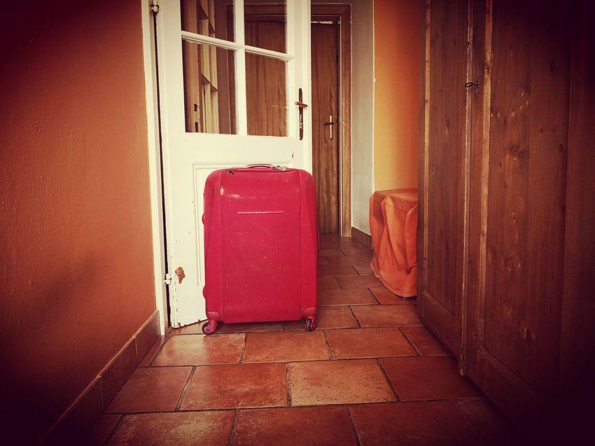 Ein Koffer vor einer Tür - wohin sie wohl führt? Koffergeschichten, Bild (c) Andrea Pickl- kekinwien.at