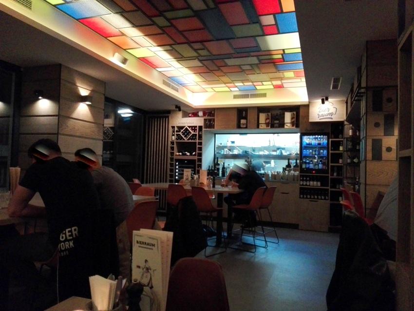 Ziemlich groß das neue Restaurant Bierraum, Blick auf die gut einsehbare Küche, Bild (c) Claudia Busser - kekinwien.at