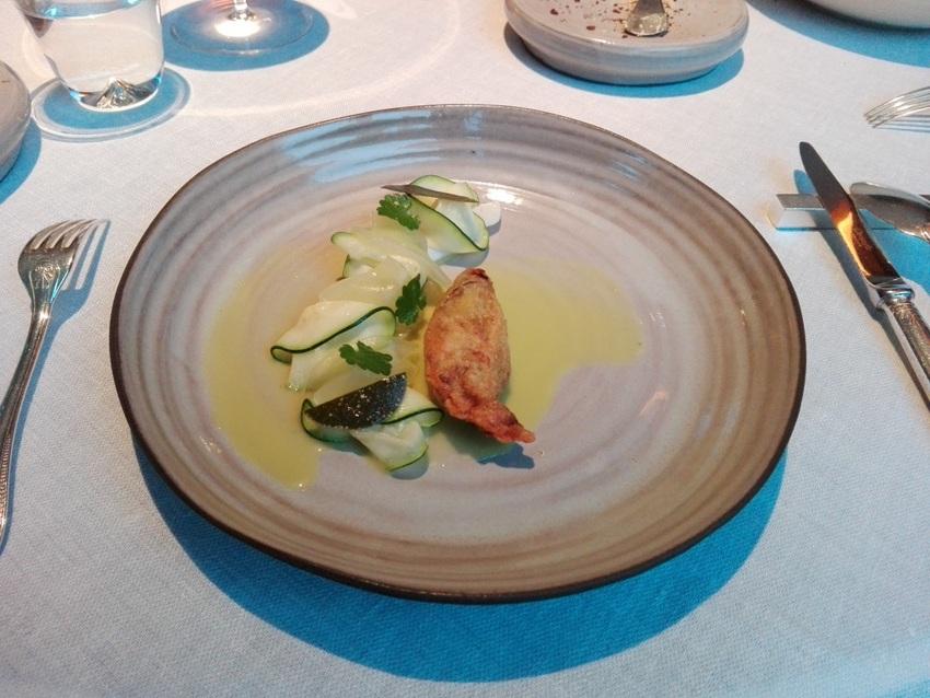 Hecht mit Zucchini Blüte, Salzkapern und Pimpernelle, Bild (c) Claudia Busser - kekinwien.at