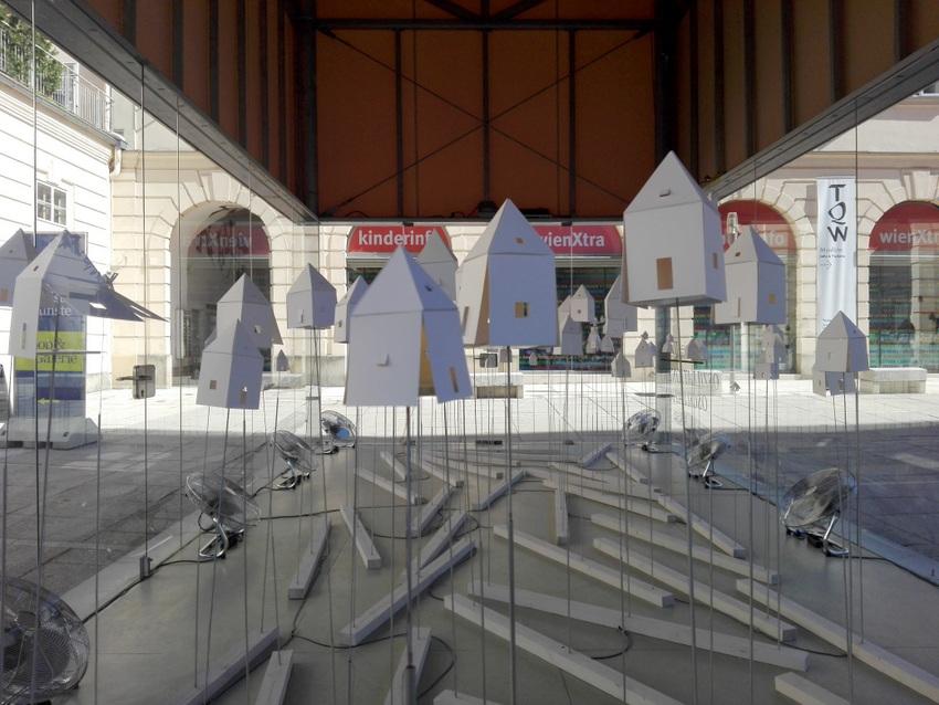 """""""Oszillationen"""" heißt die Installation von Stefanie Wilhelm in der ART BOX im MQ Wien, Teilansicht, Bild (c) Claudia Busser - kekinwien.at"""