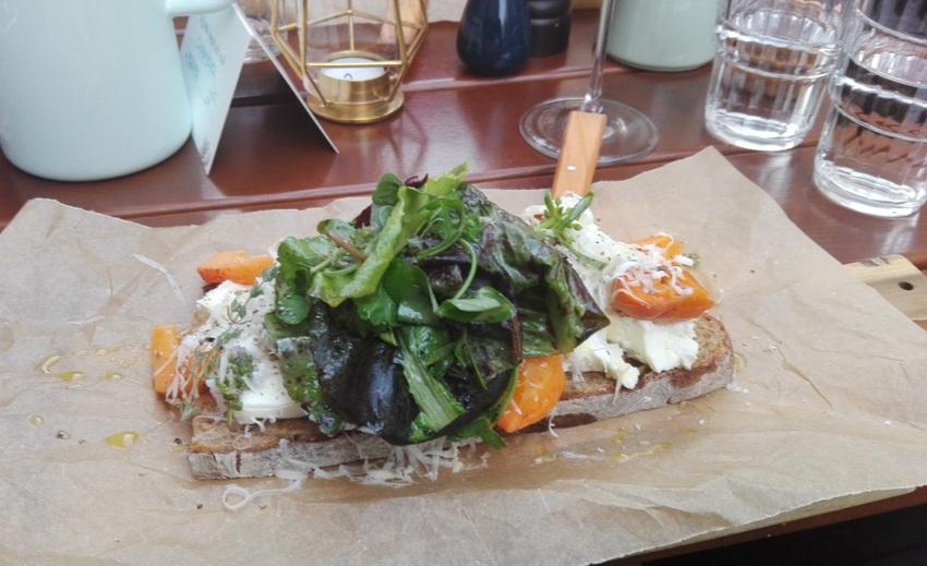 Freche Früchte, hervorragende Tartine mit geschmorten Marillen um Euro 10,90, Alma, Bild (c) Claudia Busser - kekinwien.at