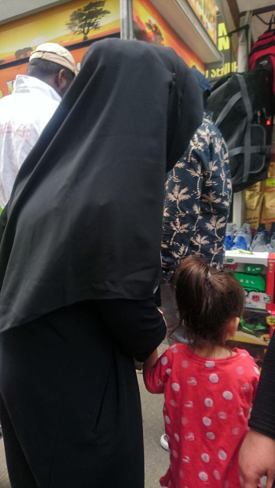 auf dem Markt, ohne Gesicht, Bild (c) Mischa Reska - kekinwien.at