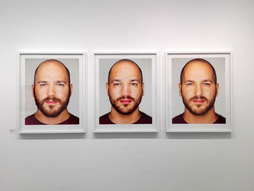 Eine meiner Lieblingsarbeiten aus der Serie 'Identical' zeigt Drillinge, Martin Schoeller, Bild vom Bild (c) kekinwien.at
