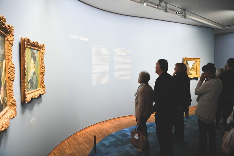 Die Gäste des Festes der Kunst und des Soziales Engagements erfreuen sich an den Gemälden von Claude Monet in der Albertina, Bild © Oreste Schaller