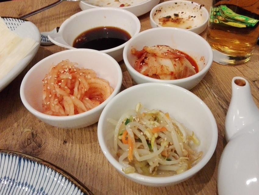 Banchan Set um Euro 5,90: Beilagen der Saison, im Bild vom Dezember 2018 sind das Kimchi, Sojasprossen und Rettich, Bild (c) kekinwien.at
