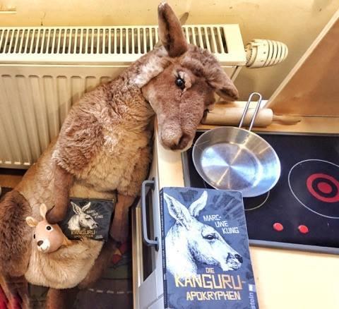 Känguru mit Buch und Hörbuch von Marc-Uwe Kling, Bild (c) Alexandra Wögerbauer-Flicker - kekinwien.at