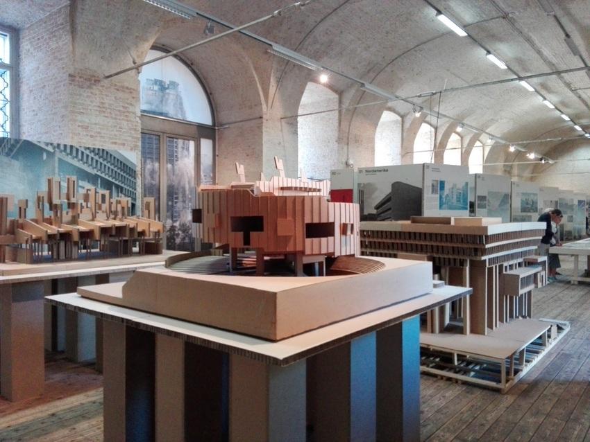 Einblick_in_die_Ausstellung_SOS_Brutalismus_AzW_Bild_c_Claudia_Busser_kekinwien