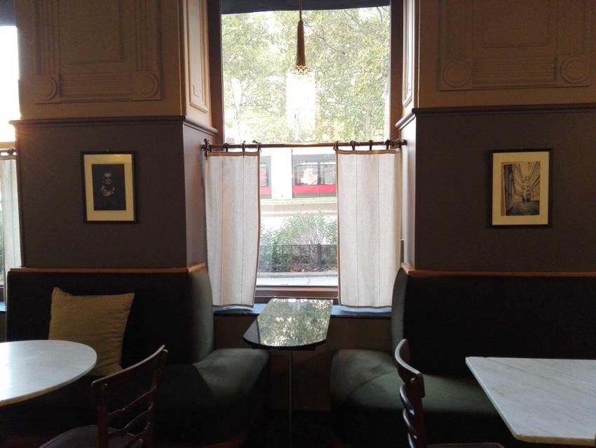einer der Fensterplätze, draußen flutet der Verkehr auf dem Gürtel vorbei, Bild (c) kekinwien.at