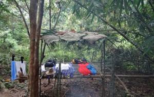 mein Lager mir der selbstgebauten Liegefläche im Dschungel Thailands