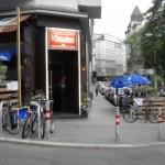 rechts der intimere Teil des Schanigartens auf der Kaiserstraße