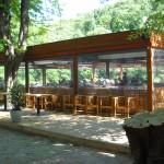 Zugang zu der 200 Personen Platz bietenden Terrasse vom Klee am Hanslteich