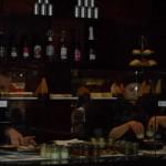 die Vitrine in der Cafebar im Ergeschoss wird neu bestückt