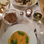 Die Roten Rüben zur Vorspeise waren köstlich, der Karotten Orangen Suppe fehlte es ein wenig an Körper.