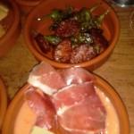 Salmoreja, dahinter Pinimientos mit Chorizo