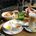 Basic Frühstück: Croissant oder Semmerl, Heißgetränk, Butter, Marmelade, Honig um Euro 4,90