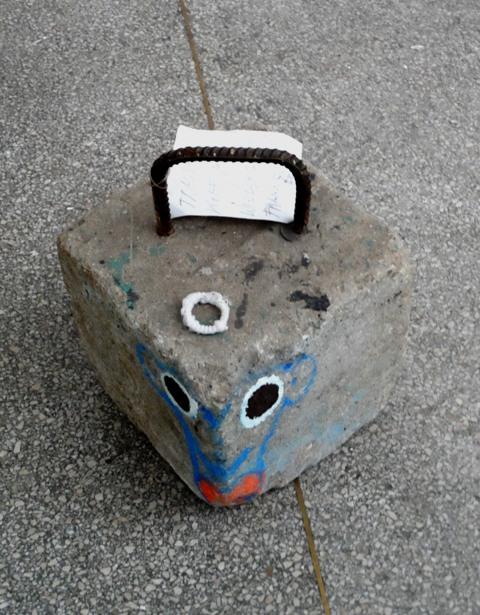 Skulptur, Heinz Frank: die Texte auf den Zettel sind nicht Titel, sondern Zeil des Objekts
