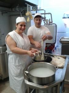 Geladina und Salvador Iula aus Salerno erklären mir,  wie man eine Burrata macht.