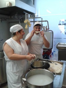 Natürlich kann man mit den Fäden der Burrata auch Schabernack treiben ...